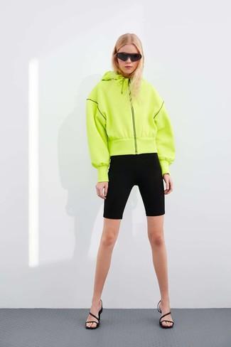 Come indossare: felpa con cappuccio lime, pantaloncini ciclisti neri, sandali con tacco in pelle neri, occhiali da sole neri