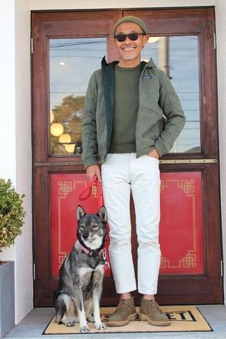 Come indossare e abbinare: felpa con cappuccio verde oliva, maglione girocollo verde oliva, jeans bianchi, chukka di tela verde oliva