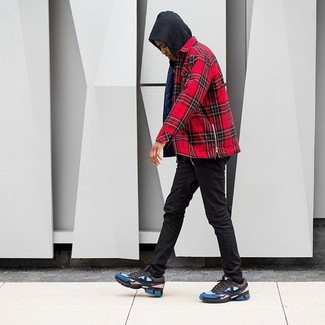 Come indossare e abbinare: felpa con cappuccio nera, camicia a maniche lunghe scozzese rossa, jeans aderenti neri, scarpe sportive multicolori