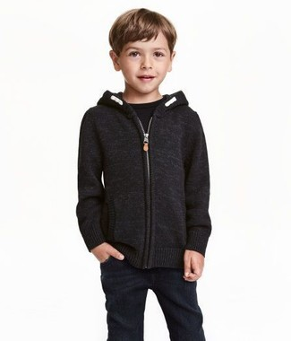 Come indossare: felpa con cappuccio nera, t-shirt nera, jeans neri
