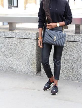Come indossare: felpa con cappuccio nera, pantaloni skinny in pelle neri, scarpe sportive nere, borsa a tracolla in pelle trapuntata nera