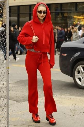 e6873d0b96 Look di Gigi Hadid: Felpa con cappuccio rossa, Pantaloni sportivi ...