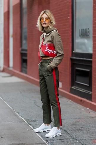 Come indossare: felpa con cappuccio verde oliva, pantaloni sportivi verde oliva, scarpe sportive bianche, marsupio in pelle rosso