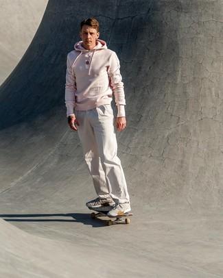 Come indossare e abbinare: felpa con cappuccio rosa, chino bianchi, scarpe sportive grigie
