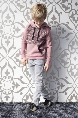 Come indossare e abbinare: felpa con cappuccio rosa, jeans grigi, sneakers nere