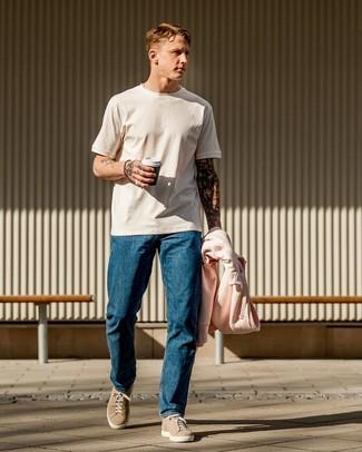 Come indossare e abbinare: felpa con cappuccio rosa, t-shirt girocollo bianca, jeans blu, sneakers basse in pelle scamosciata beige