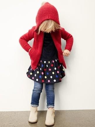 Come indossare e abbinare: felpa con cappuccio lavorata a maglia rossa, vestito a pois nero, jeans blu scuro, stivali beige