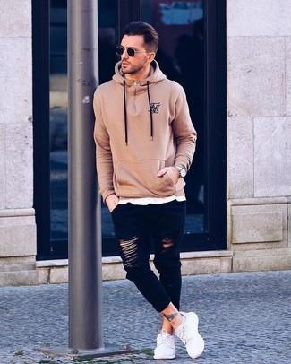 Come indossare: felpa con cappuccio marrone chiaro, t-shirt girocollo bianca, jeans aderenti strappati neri, sneakers basse di tela bianche