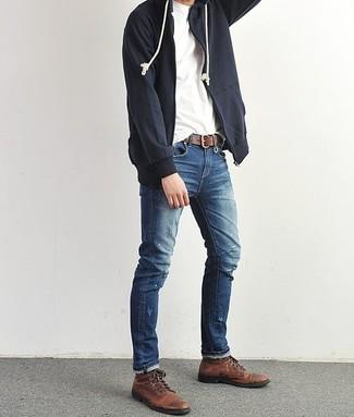 Come indossare: felpa con cappuccio blu scuro, t-shirt girocollo bianca, jeans blu, stivali casual in pelle marrone scuro