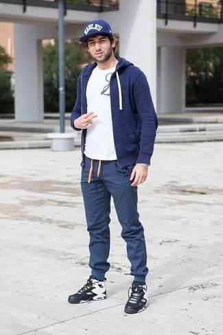Come indossare: felpa con cappuccio blu scuro, t-shirt girocollo stampata bianca e nera, pantaloni sportivi blu scuro, sneakers alte in pelle nere