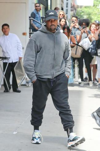 Come indossare e abbinare: felpa con cappuccio grigia, t-shirt girocollo nera, pantaloni sportivi neri, scarpe sportive multicolori