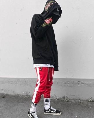 6869c721ee Look alla moda per uomo: Felpa con cappuccio a fiori nera, T-shirt ...
