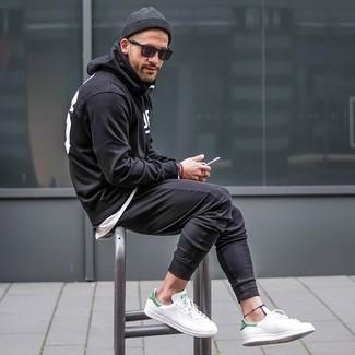 Come indossare e abbinare: felpa con cappuccio stampata nera e bianca, t-shirt girocollo bianca, pantaloni sportivi neri, sneakers basse in pelle bianche