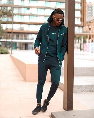 Moda uomo anni 20: Per un outfit della massima comodità, indossa una t-shirt girocollo stampata verde scuro.