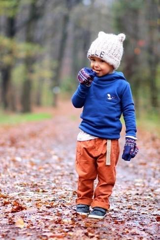 Come indossare e abbinare: felpa con cappuccio blu, t-shirt manica lunga bianca, pantaloni sportivi arancioni, sneakers in pelle blu scuro