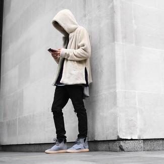 Come indossare: felpa con cappuccio di pile beige, t-shirt manica lunga nera, t-shirt girocollo grigia, jeans strappati neri