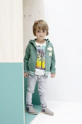 Come indossare e abbinare: felpa con cappuccio verde, t-shirt bianca, jeans grigi, sneakers grigie
