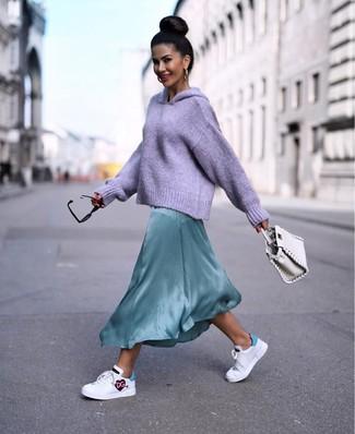 Come indossare e abbinare: felpa con cappuccio lavorata a maglia viola chiaro, vestito lungo di seta verde menta, sneakers basse in pelle stampate bianche, borsa a mano in pelle bianca