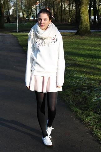 Come indossare: felpa stampata bianca, gonna a pieghe rosa, scarpe oxford in pelle bianche, sciarpa bianca