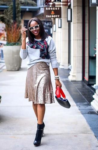 Come indossare e abbinare occhiali da sole bianchi: Vestiti con una felpa stampata grigia e occhiali da sole bianchi per una sensazione di semplicità e spensieratezza. Sandali con tacco in pelle neri sono una valida scelta per completare il look.