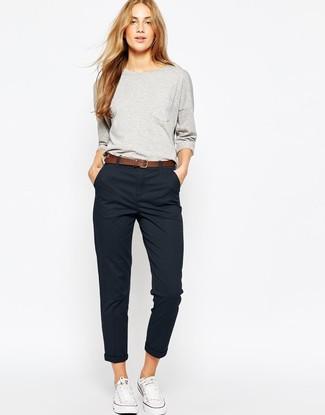 Come indossare e abbinare chino neri: Abbina una felpa grigia con chino neri per le giornate pigre. Sneakers basse di tela bianche sono una splendida scelta per completare il look.