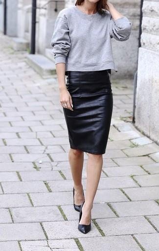 Abbina una felpa grigia con una gonna tubino in pelle nera per un look semplice, da indossare ogni giorno. Un paio di décolleté in pelle neri darà un tocco di forza e virilità a ogni completo.