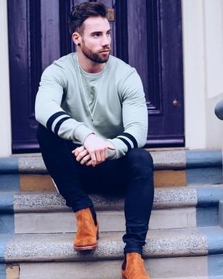 Come indossare e abbinare: felpa grigia, jeans aderenti blu scuro, stivali chelsea in pelle scamosciata terracotta