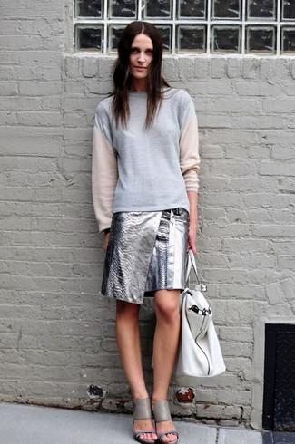 Come indossare: felpa grigia, minigonna in pelle argento, sandali con tacco in pelle grigi, borsa shopping in pelle bianca