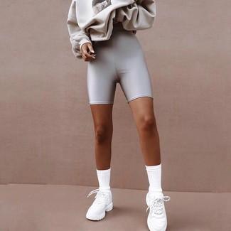 Come indossare e abbinare scarpe sportive bianche: Per creare un look adatto a un pranzo con gli amici nel weekend potresti combinare una felpa stampata grigia con pantaloncini ciclisti argento. Indossa un paio di scarpe sportive bianche per avere un aspetto più rilassato.