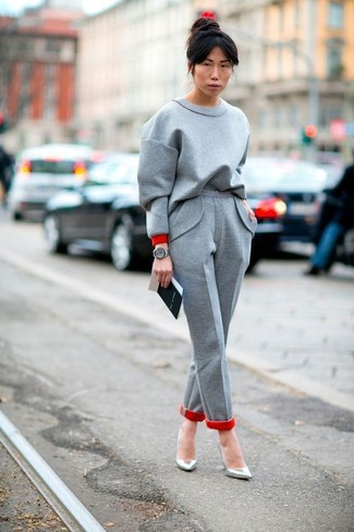 Come indossare: felpa grigia, pantaloni eleganti di lana grigi, décolleté in pelle argento, orologio in pelle grigio