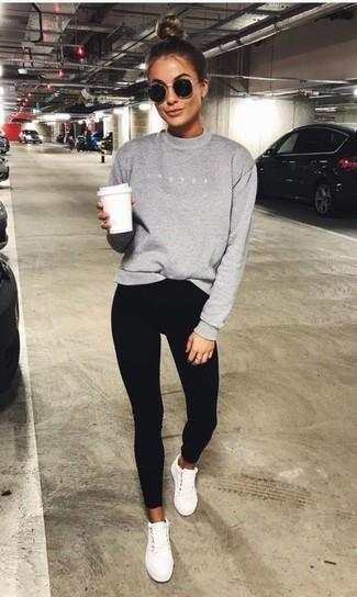 Trend da donna 2020: Questa combinazione di una felpa grigia e pantaloni skinny neri ti permetterà di sfoggiare uno stile semplice nel tempo libero. Per un look più rilassato, indossa un paio di sneakers basse bianche.