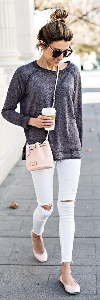 Come indossare: felpa grigio scuro, jeans aderenti strappati bianchi, ballerine in pelle rosa, borsa a secchiello in pelle rosa