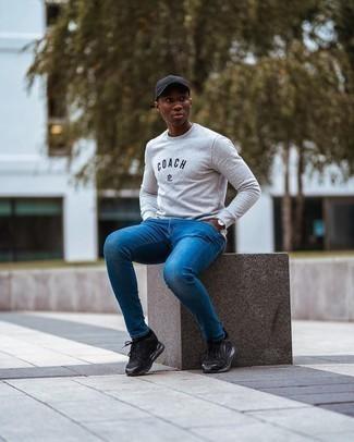 Come indossare e abbinare jeans aderenti blu: Potresti abbinare una felpa stampata grigia con jeans aderenti blu per un outfit rilassato ma alla moda. Non vuoi calcare troppo la mano con le scarpe? Calza un paio di scarpe sportive nere per la giornata.