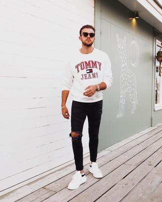 Come indossare e abbinare: felpa stampata bianca, jeans aderenti strappati neri, sneakers basse in pelle bianche e nere, occhiali da sole neri