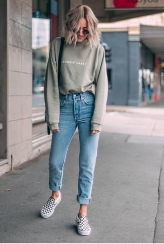 Come indossare: felpa verde oliva, jeans aderenti azzurri, sneakers senza lacci a quadri bianche e nere, borsa a tracolla in pelle nera