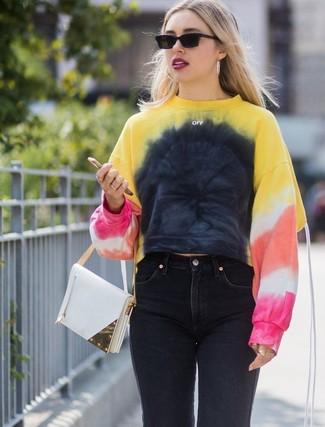 Come indossare e abbinare: felpa effetto tie-dye multicolore, jeans neri, borsa a mano in pelle bianca, occhiali da sole neri
