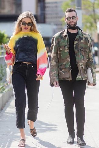 Come indossare: felpa effetto tie-dye multicolore, jeans boyfriend neri, sabot in rete neri, pochette in pelle beige