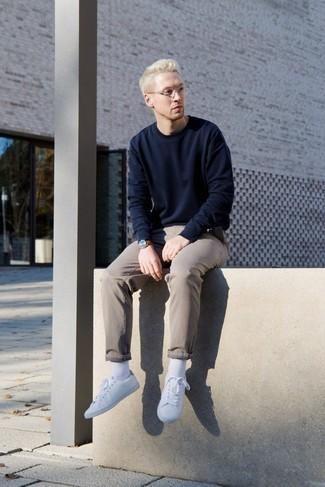 Come indossare e abbinare calzini bianchi: Coniuga una felpa blu scuro con calzini bianchi per un look comfy-casual. Lascia uscire il Riccardo Scamarcio che è in te e indossa un paio di sneakers basse bianche per dare un tocco di classe al tuo look.