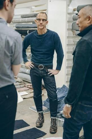 Moda uomo anni 50: Scegli un outfit composto da una felpa blu scuro e jeans blu scuro per vestirti casual. Scegli un paio di stivali casual in pelle marrone scuro per dare un tocco classico al completo.