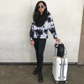 Come indossare e abbinare: felpa effetto tie-dye nera e bianca, jeans neri, stivali piatti stringati in pelle neri, borsa a secchiello in pelle nera