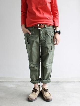 Come indossare e abbinare: felpa rossa, pantaloni cargo verde oliva, chukka in pelle scamosciata beige, cintura in pelle marrone