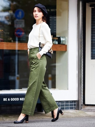 Come indossare: felpa bianca, pantaloni larghi verde oliva, décolleté in pelle neri, borsa a tracolla in cavallino leopardata nera e marrone chiaro