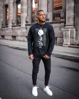 Come indossare e abbinare una felpa stampata nera e bianca: Opta per una felpa stampata nera e bianca e jeans aderenti neri per un look perfetto per il weekend. Scegli uno stile classico per le calzature e mettiti un paio di sneakers basse di tela bianche.