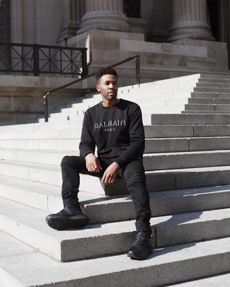 Come indossare e abbinare una felpa stampata nera e bianca: Per un outfit quotidiano pieno di carattere e personalità, combina una felpa stampata nera e bianca con jeans neri. Per distinguerti dagli altri, scegli un paio di scarpe sportive nere.