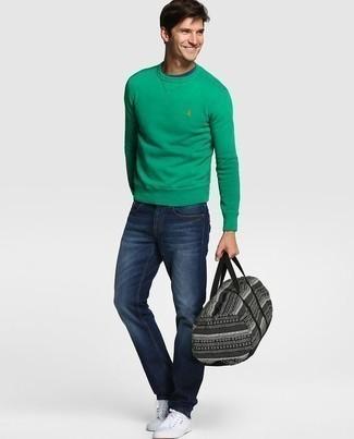 Trend da uomo 2020 in primavera 2021: Prova a combinare una felpa verde con jeans blu scuro per un look raffinato per il tempo libero. Sneakers basse di tela bianche sono una eccellente scelta per completare il look. Ecco una eccellente scelta per creare il perfetto look primaverile.