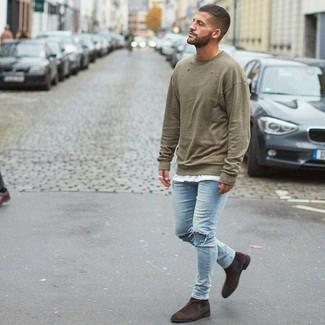 Come indossare e abbinare: felpa verde oliva, t-shirt girocollo bianca, jeans aderenti strappati azzurri, stivali chelsea in pelle scamosciata marrone scuro