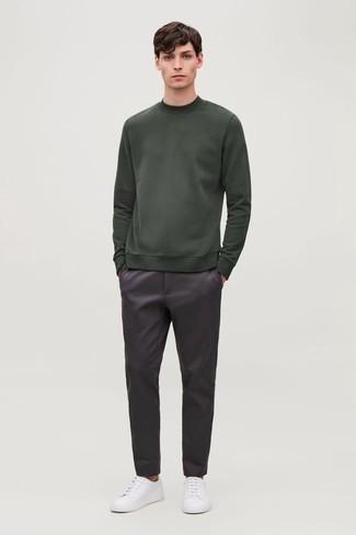 Look alla moda per uomo: Felpa verde scuro, Chino melanzana scuro, Sneakers basse di tela bianche