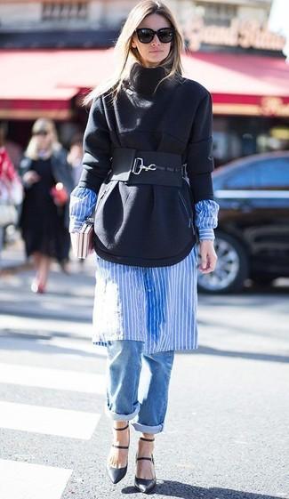 Abbina una felpa nera con boyfriend jeans blu per un outfit rilassato ma alla moda. Abbellisci questo completo con un paio di décolleté in pelle neri.