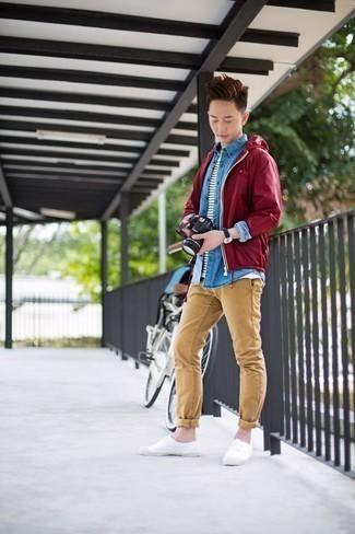 Come indossare e abbinare chino marrone chiaro: Potresti abbinare una giacca a vento bordeaux con chino marrone chiaro per un look spensierato e alla moda. Sneakers basse di tela bianche sono una splendida scelta per completare il look.