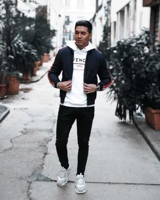 Trend da uomo 2020: Scegli una giacca a vento blu scuro e jeans neri per un look trendy e alla mano. Calza un paio di scarpe sportive bianche per avere un aspetto più rilassato.